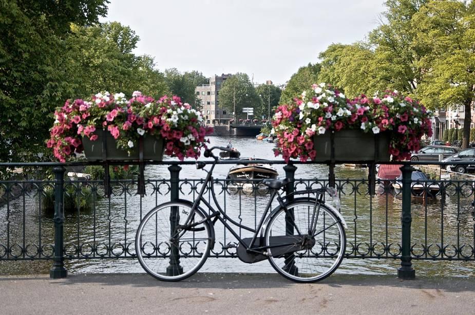 A bicicleta faz parte da paisagem de Amsterdã, Holanda