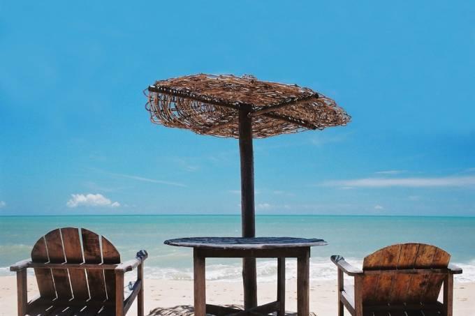 O movimento da Praia do Apaga-Fogo é sempre formidável devido à concentração de hotéis e hostels.  O mar calmo ocupado por recifes de coral é ideal para a canoagem