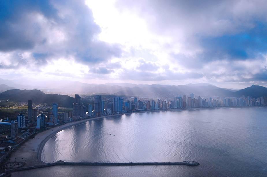 Vista aérea da cidade de Balneário Camboriú (SC), cuja orla é cercada por arranha-céus e que é conhecida pela vida noturna