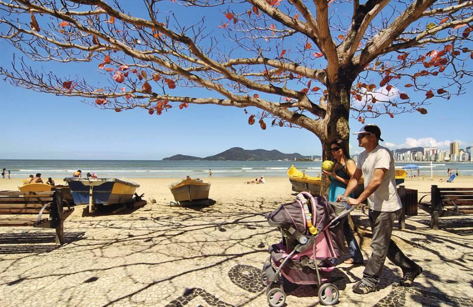 A variedade de estilos de praia em Balneário atrai diferentes públicos, desde surfistas a idosos