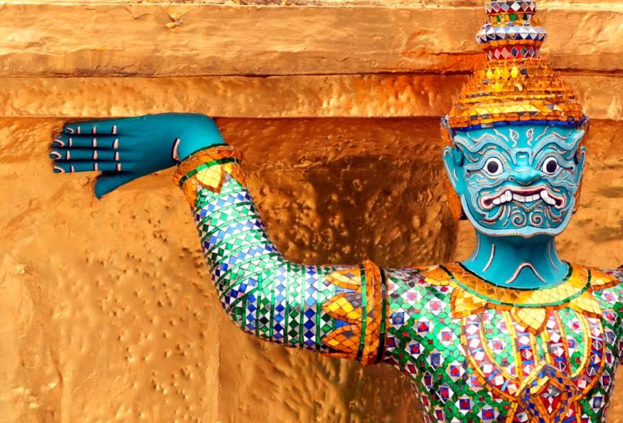 Iaques são figuras mitológicas que guardam os templos budistas tailandeses e podem ser vistos em todos os lugares religiosos importantes do país, por exemplo aqui em Wat Phra Kheo em Bangkok