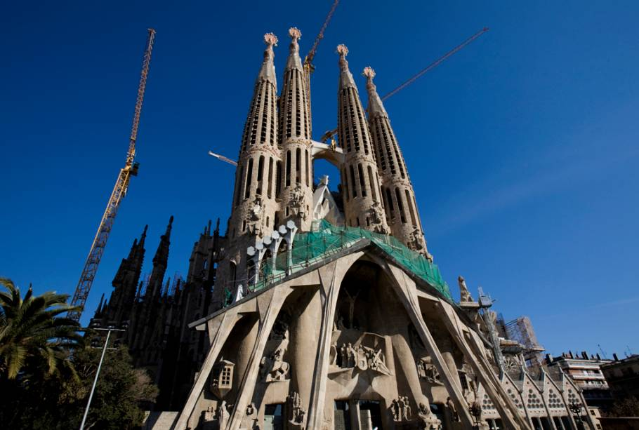 Gaudí dedicou 40 anos de sua vida ao seu maior desafio: a construção da Basílica da Sagrada Família.  Sem concluir o projeto, o arquiteto foi enterrado no canteiro de obras