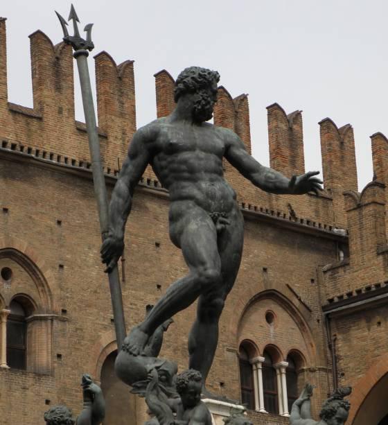 """PARA""""http://viajeaqui.abril.com.br/estabelecimentos/italia-bolonha-atracao-piazza-maggiore"""" rel =""""Praça Magiore"""" Meta =""""_vazio""""> Na Piazza Magiore, no coração de Bolonha, está a Fonte de Netuno, uma obra de bronze de Giambologna no século XVI"""" class=""""lazyload"""" data-pin-nopin=""""true""""/></div> <p class="""