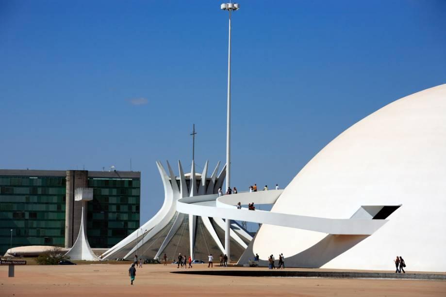 A cúpula branca do Museu Nacional de Brasília se destaca pela enorme rampa de acesso e por uma trilha externa que serve de mirante para a Explanada dos Ministérios.