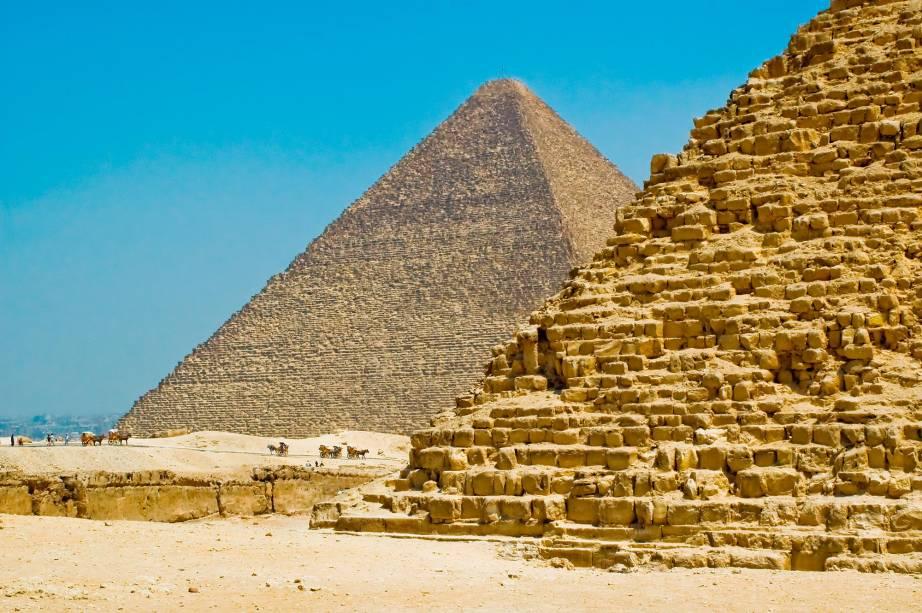 As pirâmides do Cairo estão localizadas perto da cidade, nos arredores de Gizé.  Para chegar lá você pode pegar o metrô e depois os caminhões de entrega que o levarão até a entrada do sítio arqueológico.  As excursões também podem ser adquiridas em agências de viagens que fornecem transporte