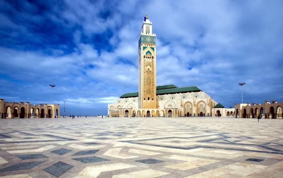 Com 210 metros de altura, o minarete da mesquita Hassan II em Casablanca é o mais alto do mundo.  A base quadrada e os motivos decorativos típicos formam a base do estilo magrebino, que também pode ser visto na Giralda de Sevilha, hoje uma catedral católica
