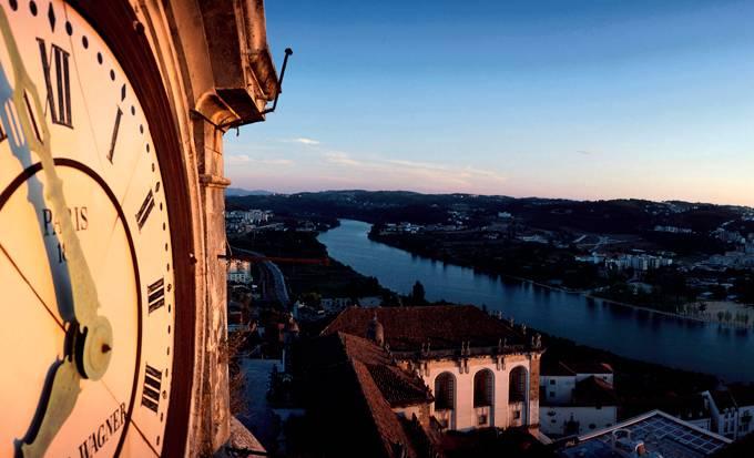 Coimbra é uma das mais tradicionais cidades portuguesas e estende-se ao longo do rio Mondego.