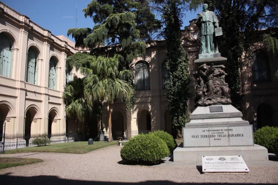 A Universidade Nacional de Córdoba, fundada em 1622, foi a primeira da Argentina.  Hoje Córdoba é uma cidade universitária com mais de 100.000 alunos