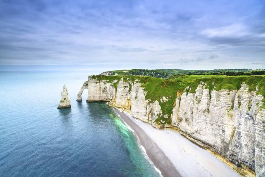 Localizada na costa da Normandia, no norte da França, em uma cidade chamada Etretat (daí o nome), a formação rochosa consiste em uma cadeia de penhascos.  O mais conhecido é o Falaise d'Aval.  Suas formas lembram várias esculturas, como a cabeça de um elefante afundando a tromba nas ondas.