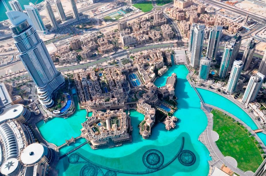 Vista do Observatório At the Top do Burj Khalifa com o nível da água e os canos da Fonte de Dubai na parte inferior da foto