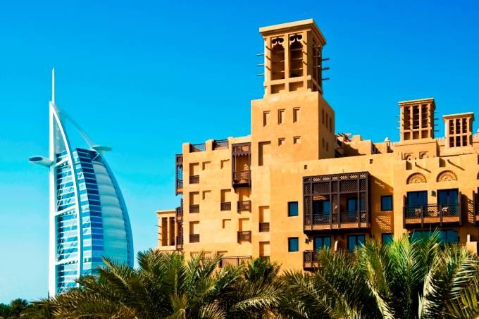 Dois clássicos da hospitalidade local: o ultramoderno Burj al Arab e o clássico Al Aqsr