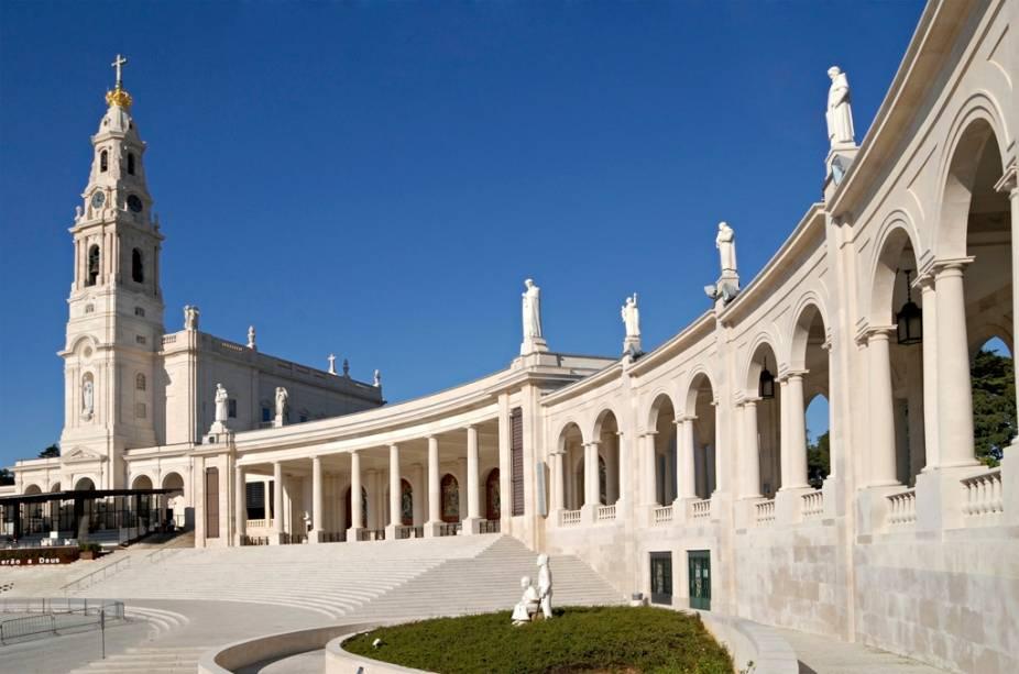 O complexo do Santuário de Fátima inclui a basílica com os túmulos dos três pastores, a Capelinha das Aparições e uma nova igreja, a Santíssima-Trindade