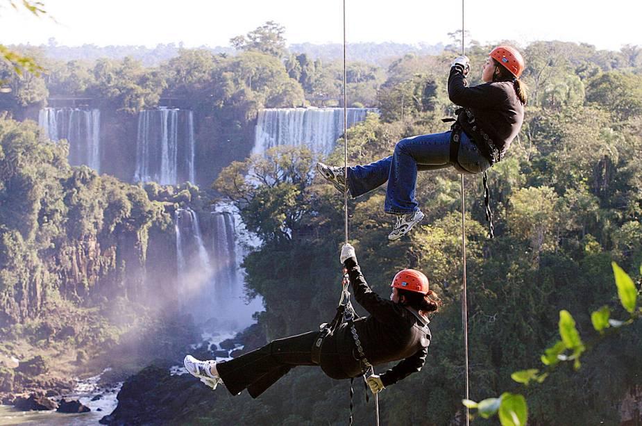 Uma das atrações mais radicais de Foz do Iguaçu é o rapel nas cataratas