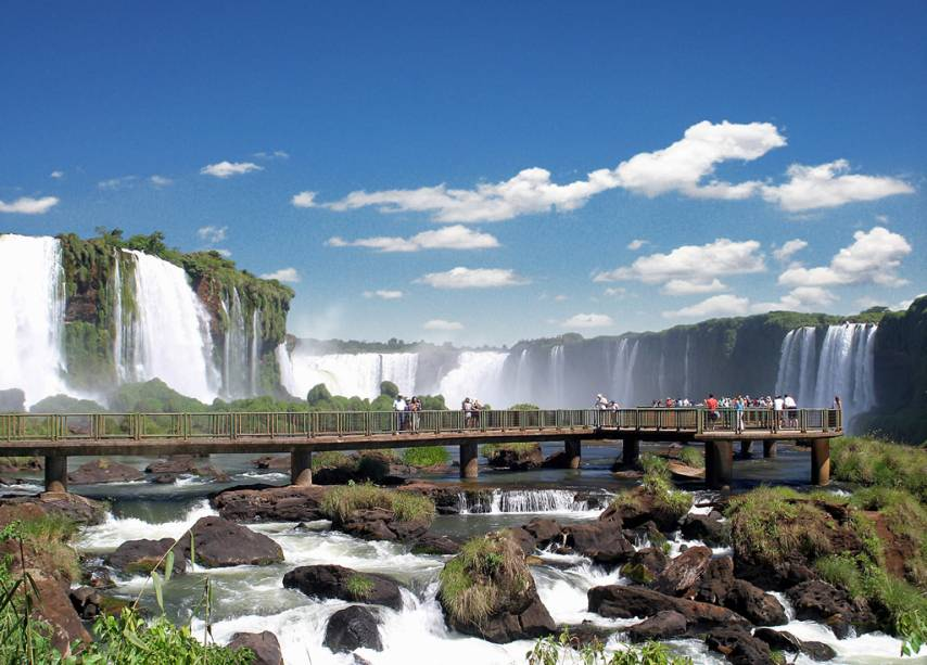 """Vista do Salto Floriano à esquerda e Garganta do Diabo ao fundo.  Aproxime-se da paisagem nos becos das Cataratas de Foz do Iguaçu.  A meta foi escolhida em 2014""""http://viajeaqui.abril.com.br/materias/saiba-quem-sao-os-vencedores-do-premio-o-melhor-de-viagem-e-turismo#3"""" rel =""""Prêmio de Melhor Destino de Ecoturismo para Melhor Viagem e Turismo"""" Objetivo =""""_vazio""""> Prêmio de Melhor Destino de Ecoturismo para Melhor Viagem e Turismo"""" class=""""lazyload"""" data-pin-nopin=""""true""""/></div> <p class="""