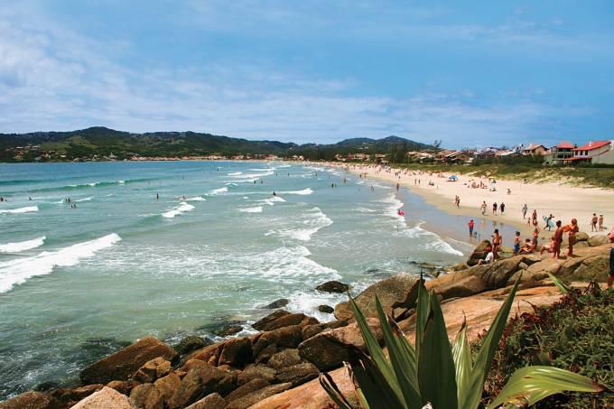 A praia central de Garopaba tem mar calmo e areia agitada, ideal para caminhadas e futebol no final da tarde.
