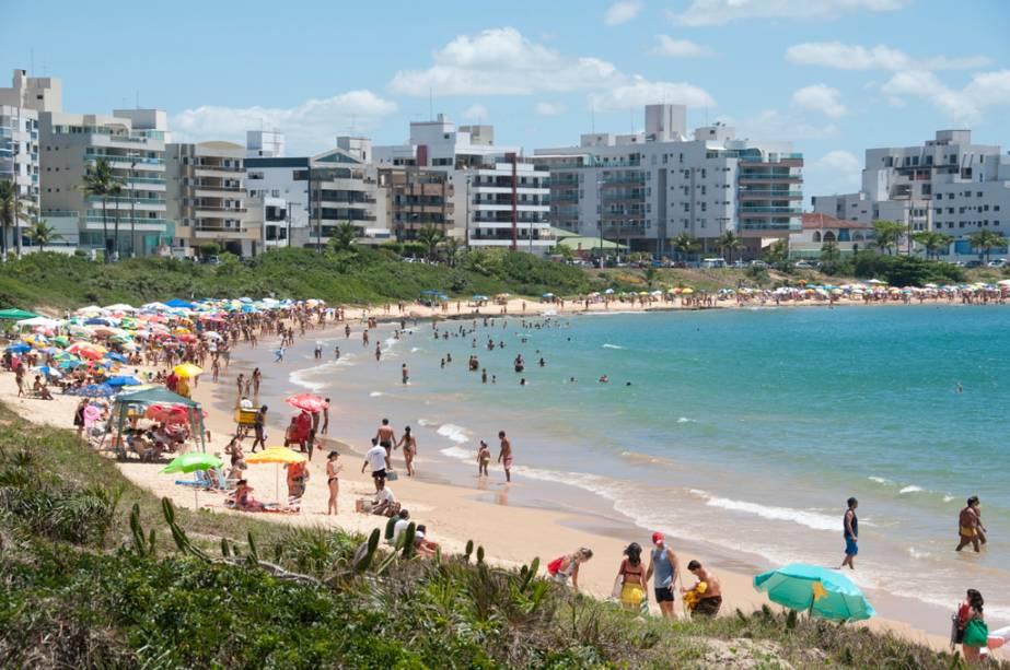 Com águas calmas e boa infraestrutura, a praia de Peracanga é muito frequentada por famílias