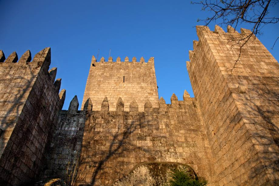 O primeiro rei de Portugal, Dom Afonso Henriques, nasceu no castelo de Guimarães em 1110. A fortaleza alberga um museu com belas tapeçarias
