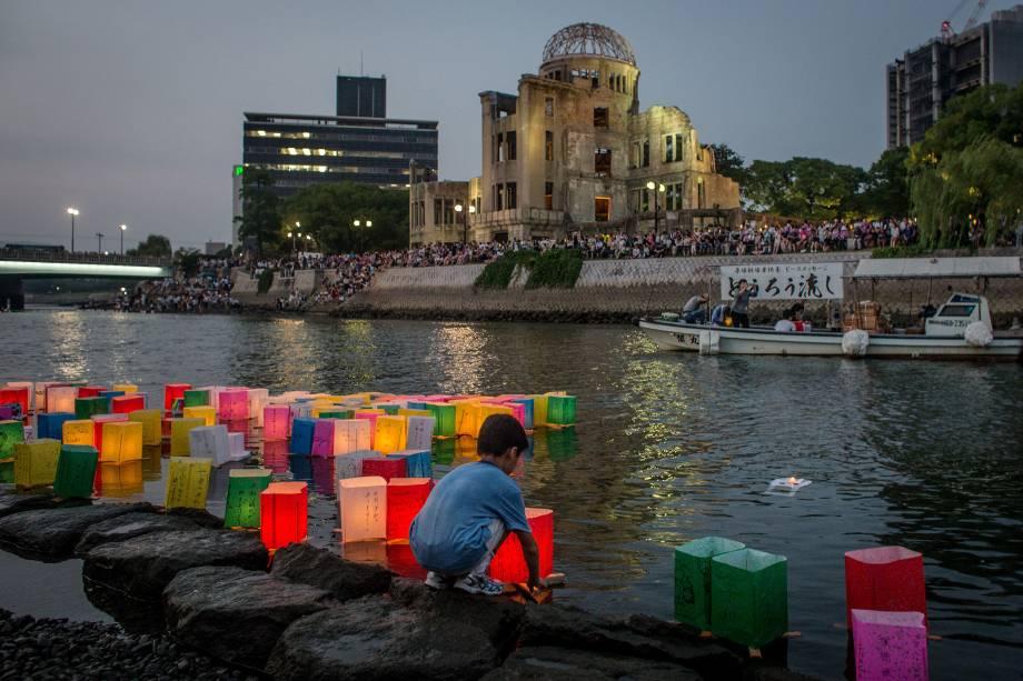 Em 6 de agosto de 2015, um menino japonês jogou uma lanterna de papel no rio em frente à catedral da cidade de Hiroshima para comemorar o 70º aniversário da bomba atômica lançada sobre a cidade.