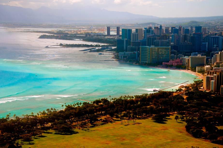 A capital do Havaí tem uma orla urbana, mas é possível escapar de arranha-céus, resorts e shoppings e desfrutar de praias cristalinas
