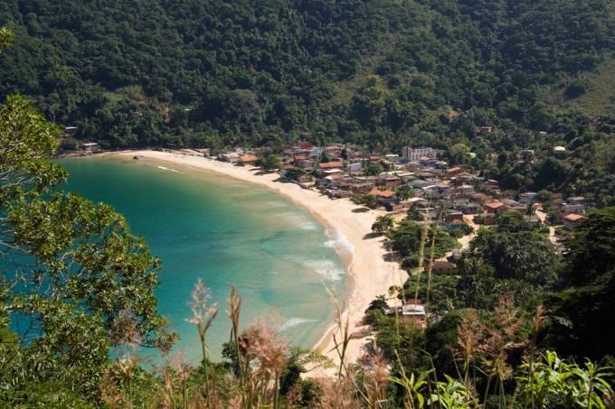 Praia Provetá é a segunda vila mais populosa da ilha depois da Vila do Abraão e congrega uma comunidade evangélica.  Os 500 metros de areia amarelada e o mar calmo costumam não receber turistas