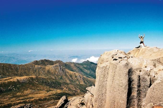 Formação rochosa e vegetação de altitude na Serra das Prateleiras, no Itatiaia Nacional