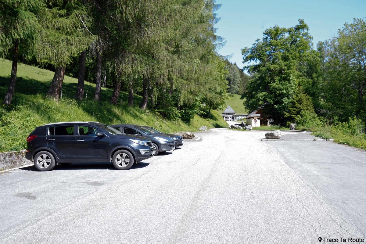 Estacionamento Abadia de Tamié - Massif des Bauges Savoie Alps França