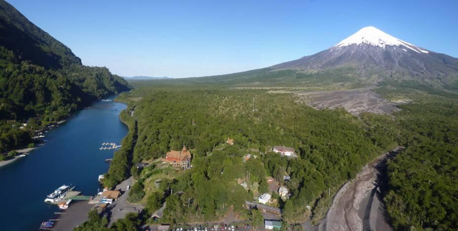 Vista parcial do Parque Nacional Vicente Perez Rosales na região andina, dominado pelo vulcão Osorno