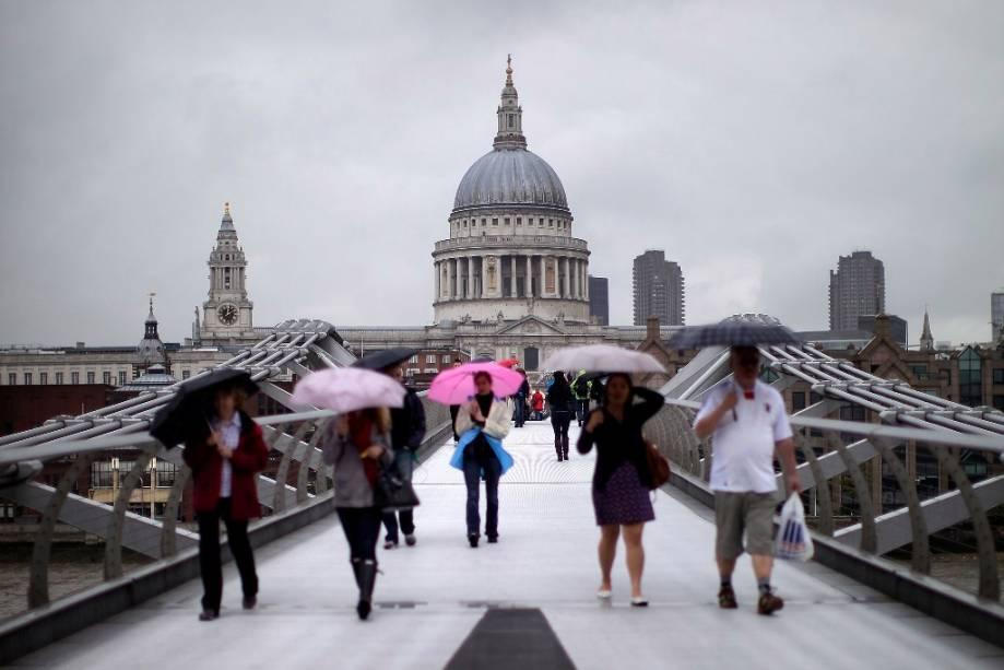 Catedral de São Paulo, uma obra-prima de Christopher Wren, vista da Millennium Bridge de Londres