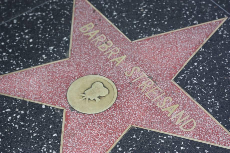 A cantora e atriz Barbra Streisand estrela na Calçada da Fama de Hollywood