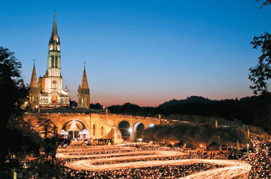 Lourdes é o lugar da aparição da Virgem a Santa Bernadete e um dos maiores destinos religiosos do mundo