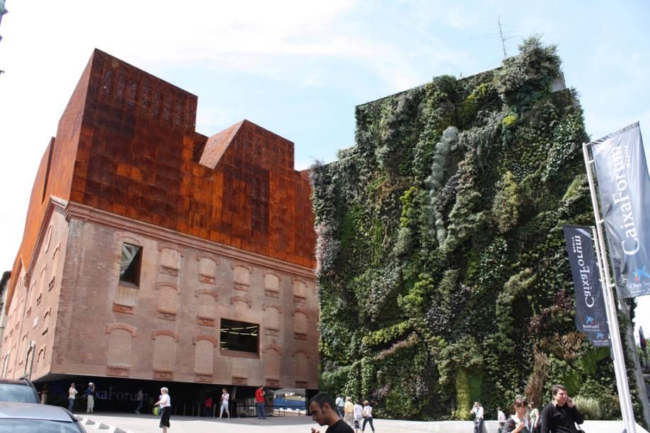 O CaixaForum foi reformado em 2001 para abrigar o centro cultural.  Possui um jardim vertical com 15.000 plantas.