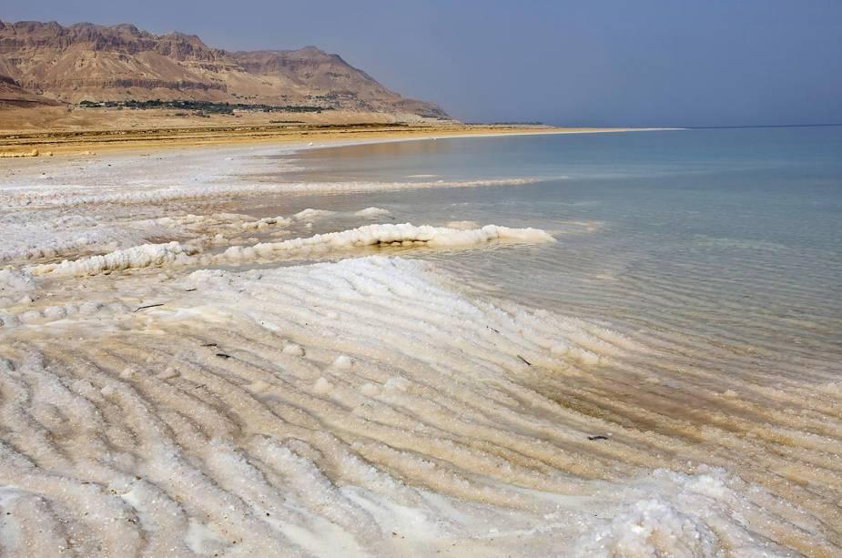 A alta salinidade do Mar Morto impede que a vida se despeje na água