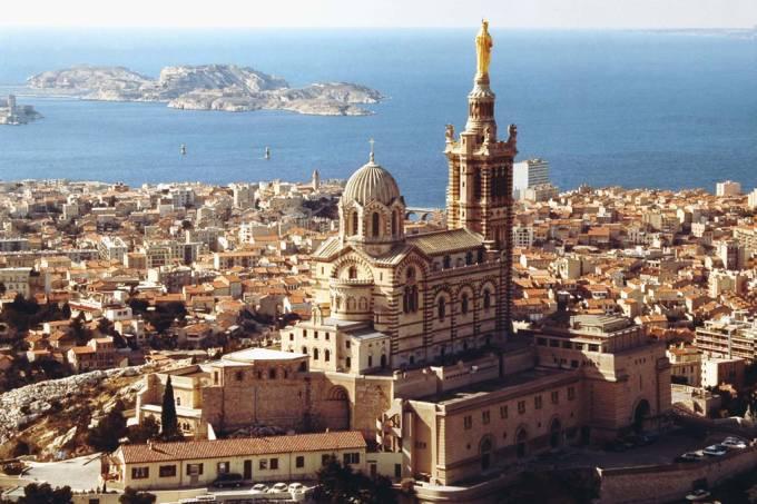 A 154 metros acima do nível do mar, a basílica de Notre Dame de la Garde, que simboliza Marselha, oferece a vista mais popular da cidade, especialmente ao pôr do sol.