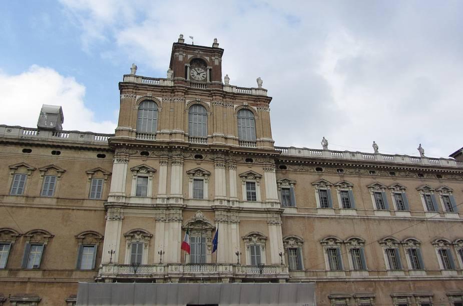 """O edifício barroco do Palazzo Ducale está localizado na Piazza Roma e abriga a Academia Militar da cidade.  Para conhecer o interior, você precisa entrar em contato com o posto de turismo""""http://viajeaqui.abril.com.br/cidades/italia-modena"""" rel =""""Modena"""" Meta =""""_vazio""""> Modena e planeje uma visita guiada"""" class=""""lazyload"""" data-pin-nopin=""""true""""/></div> <p class="""