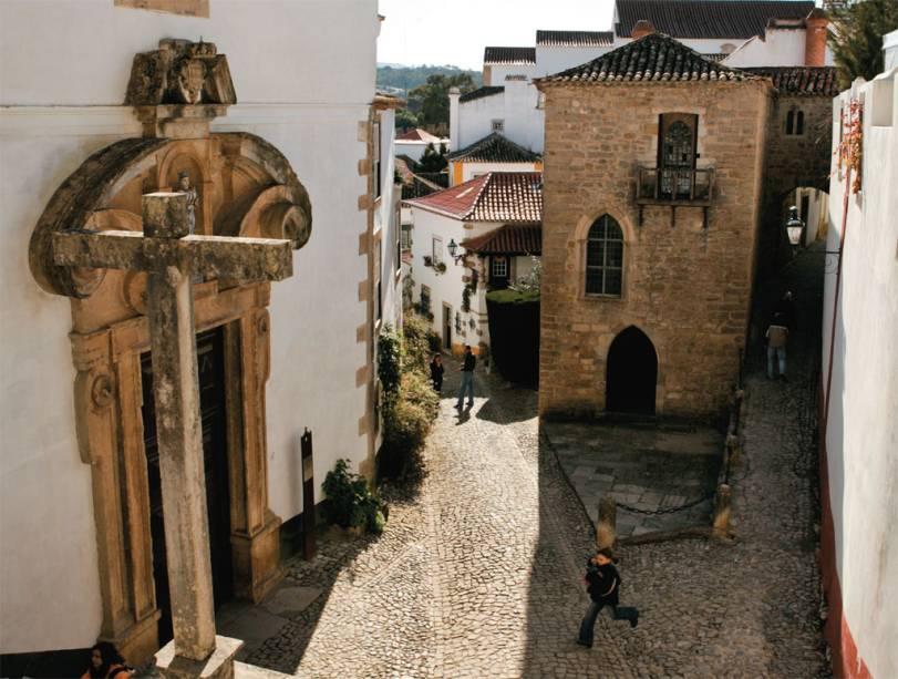 Rua da vila medieval de Óbidos que D. Dinis deu à sua esposa Isabel