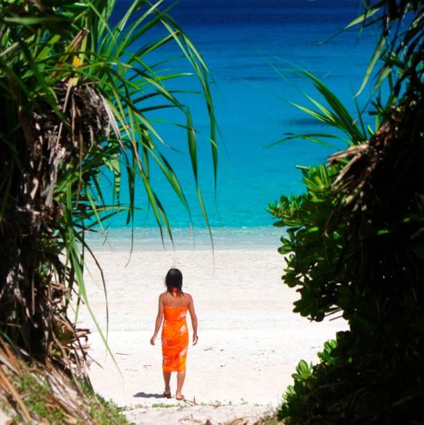 Menina japonesa na praia da ilha de Kerama, no arquipélago de Okinawa