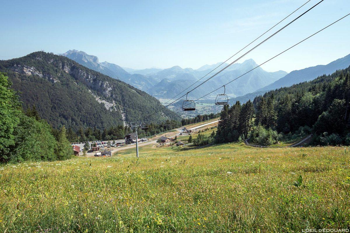 Inclinação da área de esqui Seythenex La Sambuy no verão Alpes de Haute-Savoie - paisagem montanhosa Paisagem montanhosa dos Alpes