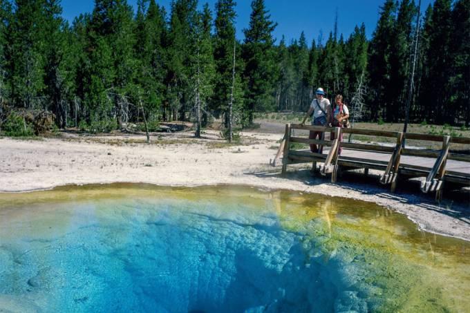 Um dos muitos lagos de água quente em Yellowstone, EUA