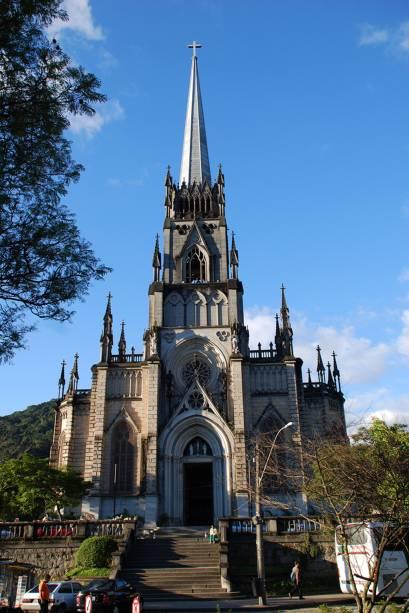 As torres laterais pontiagudas e as janelas pontiagudas da Catedral de São Pedro de Alcântara em Petrópolis (RJ) são típicas do gótico francês e alemão
