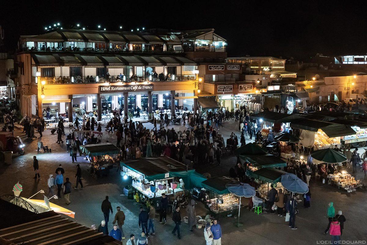 Place Jemaâ El-Fna em Marrakech com o restaurante do hotel Café de France, à noite, Marrocos © L'Oeil d'Édouard - Todos os direitos reservados