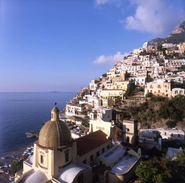 Vista do limite da aldeia de Positano, na Costa Amalfitana, com a cúpula de cerâmica da igreja de Santa Maria Assunta em primeiro plano