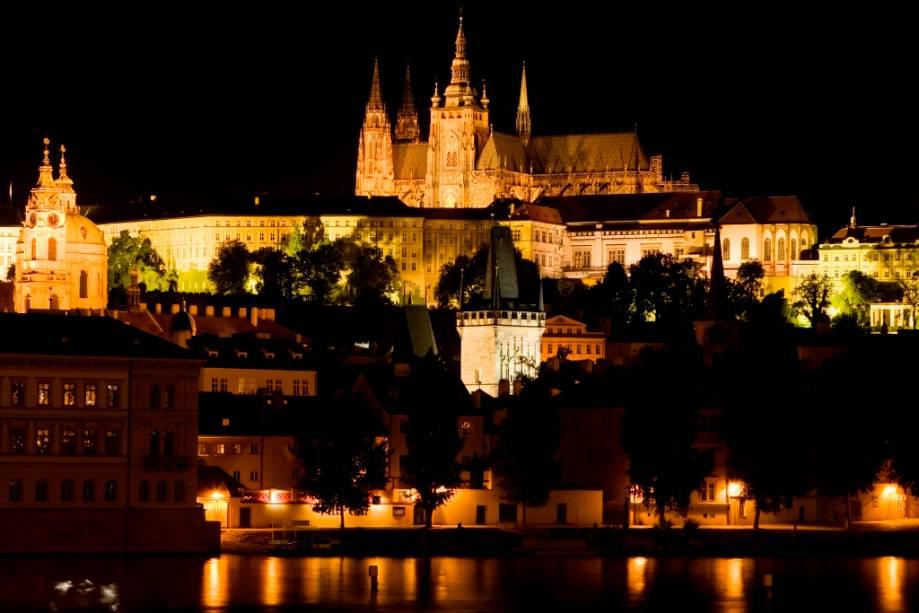 Catedral de Vito domina o Castelo de Praga no rio Moldava