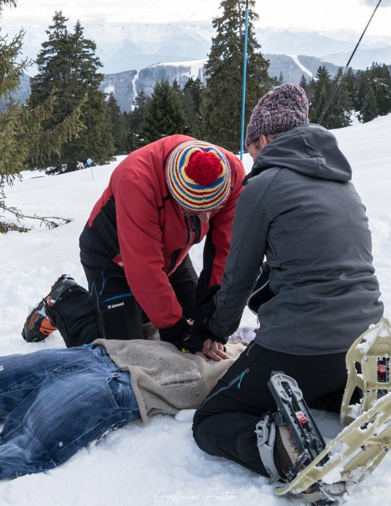 Massagem cardíaca resgate na montanha primeiros socorros resgate na montanha ao ar livre