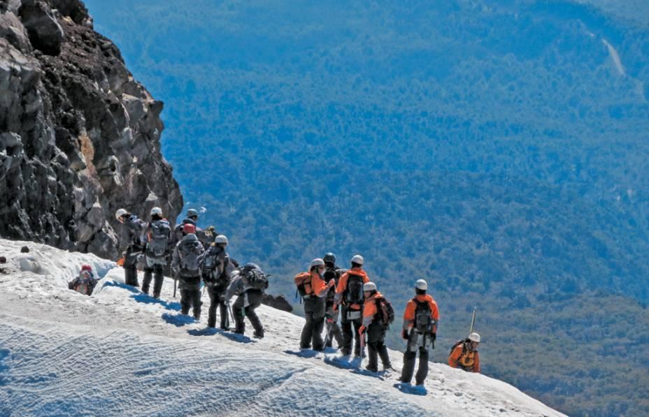 O grupo de montanhistas nas neves eternas de Villarrica