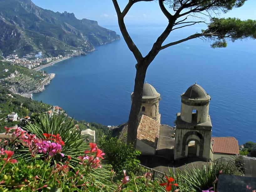 Você conhece o charme característico da Costa Amalfitana?  Basta entrar no ônibus, confiar nas manobras do motorista ao longo da estrada sinuosa e seguir para Ravello.  Daqui você pode tirar fotos panorâmicas da mais bela costa da Itália