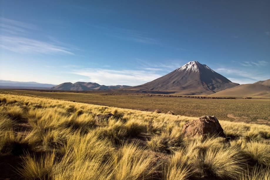 O Deserto do Atacama é o mais alto e seco do mundo.  Localizado no norte do Chile, o vasto deserto se estende entre o Pacífico e os Andes.  Vulcão Licacanbur é um dos cartões postais da região