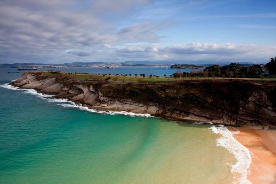 Baía de Santander, no Mar Cantábrico.  A cidade tem uma forte relação com o mar que se faz sentir facilmente na sua gastronomia e em pratos como a paella e o mar. <em><noscript><img data- src=
