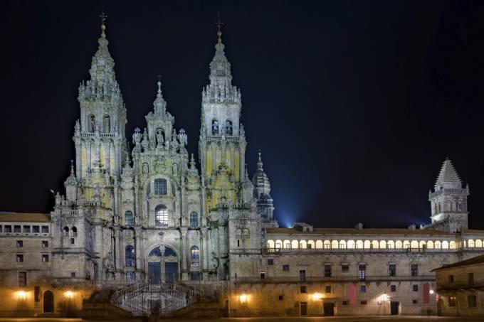 A Catedral de Santiago de Compostela foi construída no século XII por ordem de Afonso II, quando soube que os supostos restos mortais do apóstolo Tiago haviam sido enterrados na cidade.