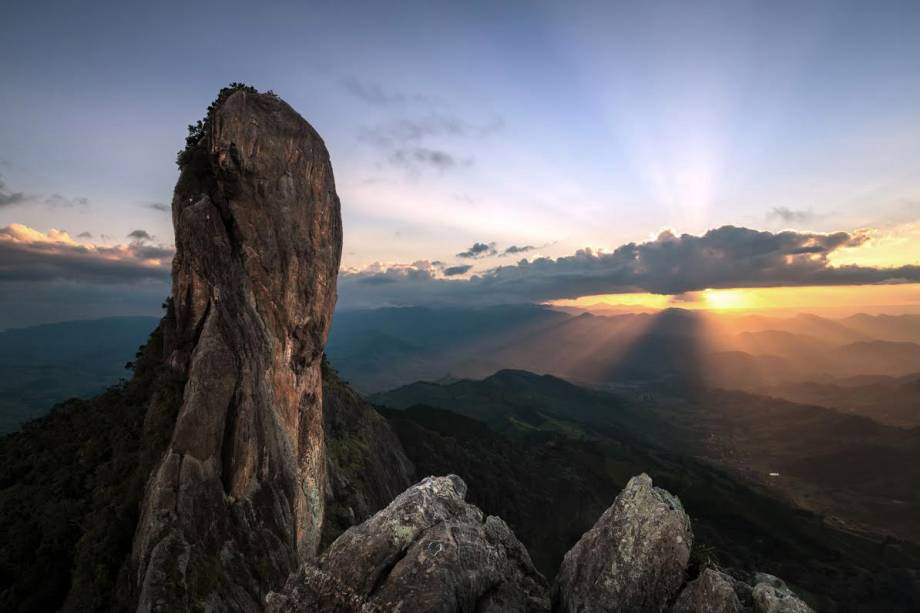 Pôr do sol visto da Pedra do Baú: escalada recomendada para os mais aventureiros