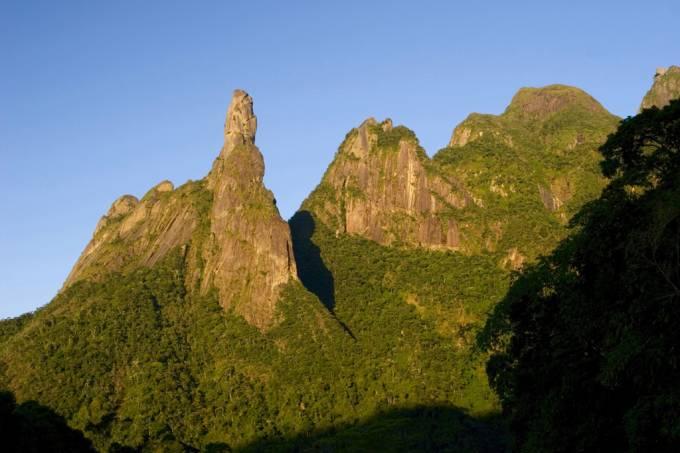 Pico Dedo de Deus no Parque Nacional da Serra dos Órgãos visto da rodovia BR-116